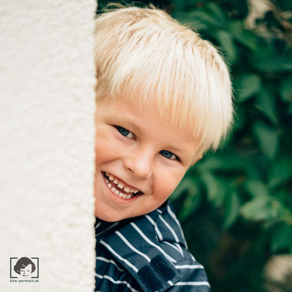Kindergartenfotografie im freien Spiel / Such mich doch, Fotograf! (kita-portrait.de)