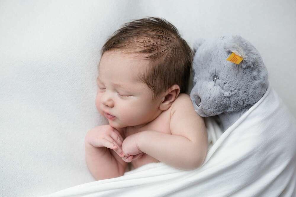 Neugeborenenfotografie / Babyfoto mit dem Kuscheltier (Ira Baum Fotografie)