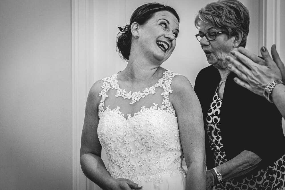 Braut mit ihrer Mutter (André Steiner Fotografie)