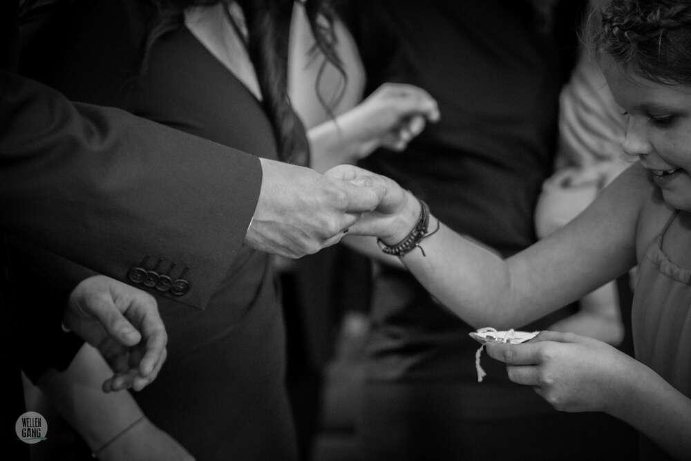 Ringübergabe / the daughter (wellengang Hochzeits- und Familienfotografie)