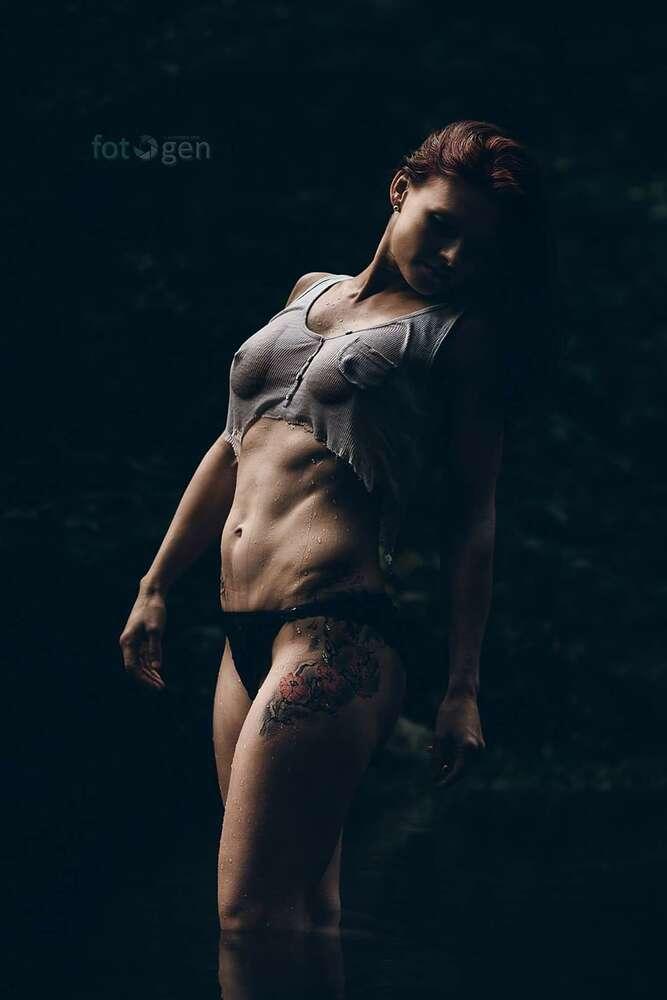 Frau im Wasser (foto.gen)