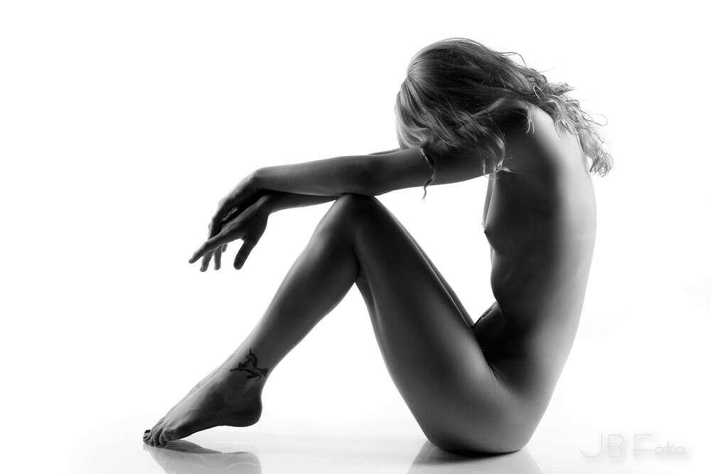 On The Floor / schwarz weiß Aktportrait (JBFoto)