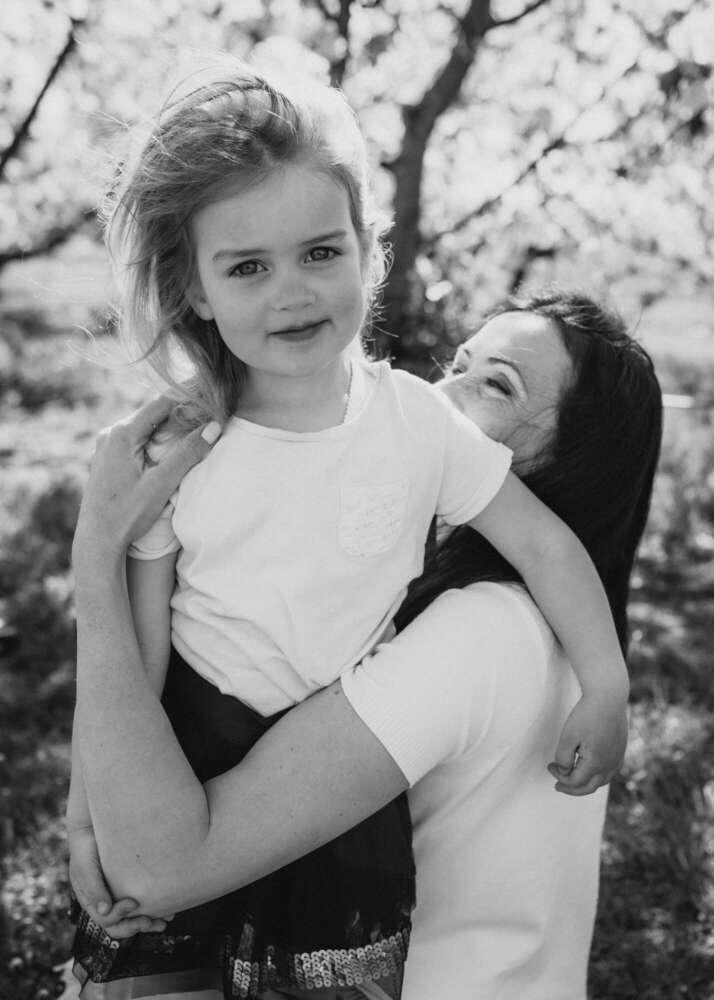 Mädchen mit Mama (Familienfotografin Katerina Seoud)