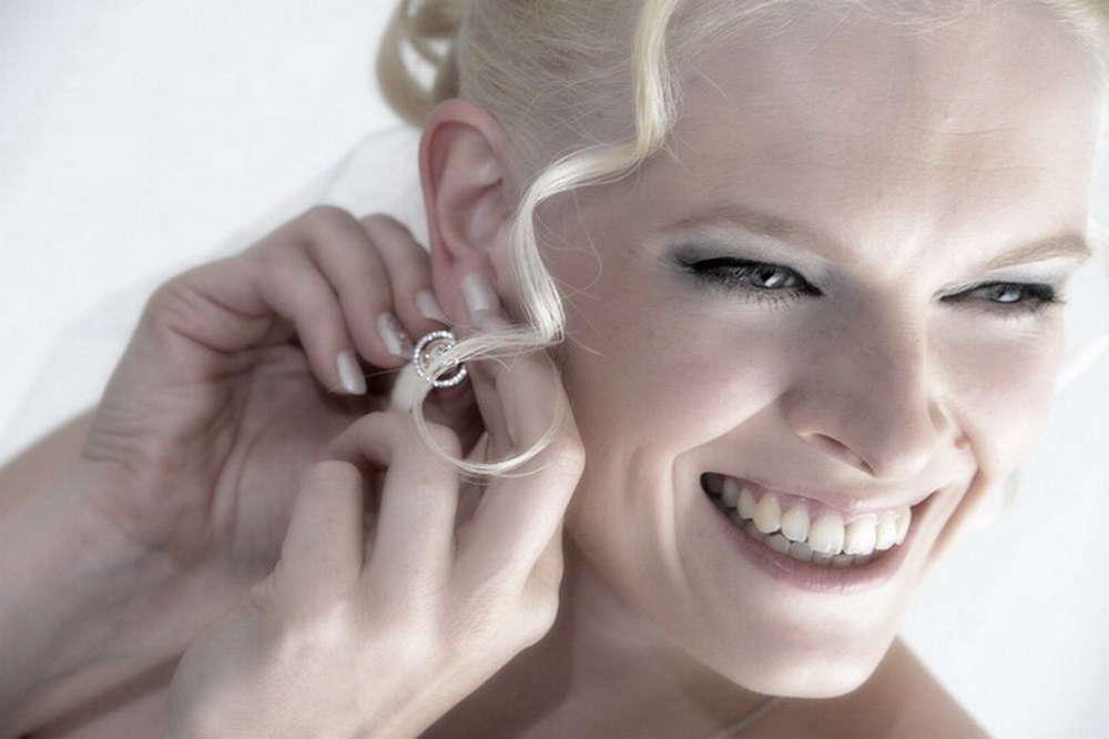 Braut beim Ankleiden (MATTHIAS WEGNER FOTOGRAFIE)