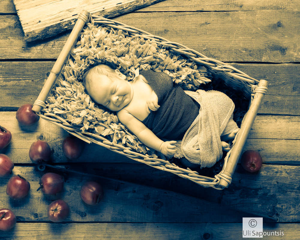 newborn / Gut verstaut ;) (Fine Art Photography Uli Sapountsis)