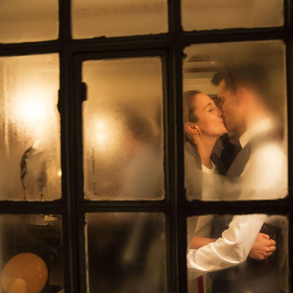 Winterhochzeit   Brautpaar im Lichtschein (Lina Loos Fotografie)