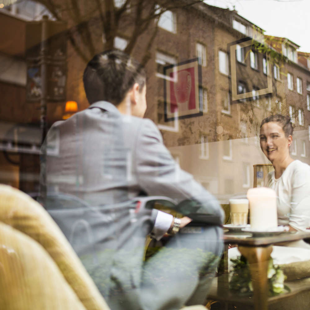 Winterhochzeit   Brautpar im Café (Lina Loos Fotografie)