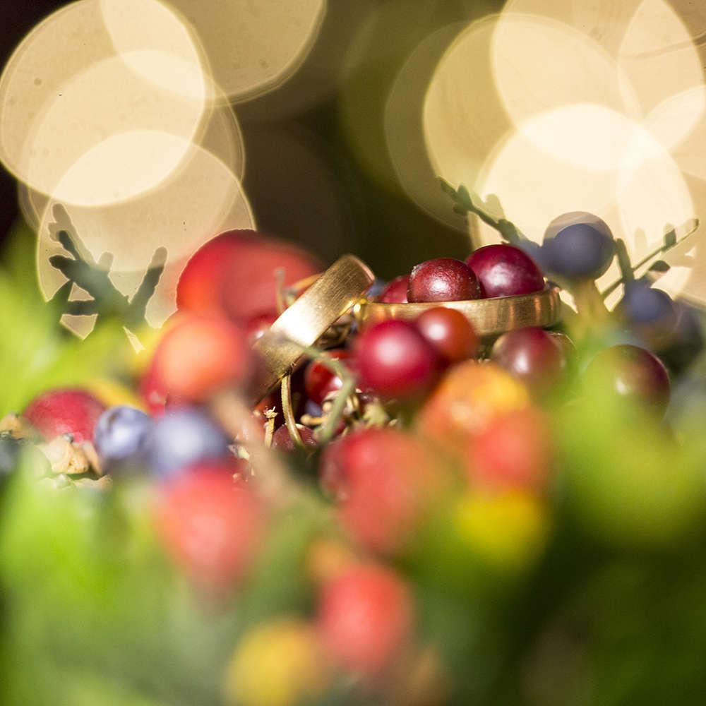 Winterhochzeit   Ringe im Licht (Lina Loos Fotografie)