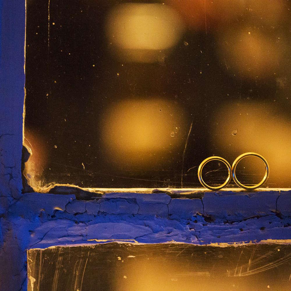 Winterhochzeit   Ringe im Fenster (Lina Loos Fotografie)