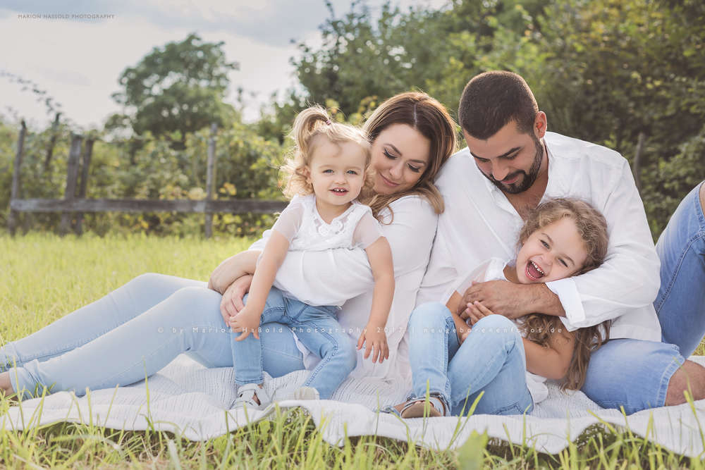 Happy family / Lockere Familienfotos im Freien (Marion Hassold Photography - Neugeborenenfotos.de)