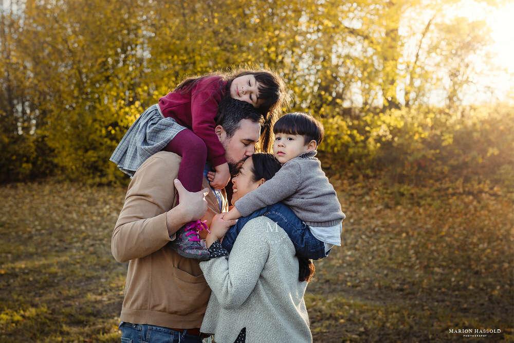 Herbstfotoshooting / Herbstfotoshooting mit Familie im Freien (Marion Hassold Photography - Neugeborenenfotos.de)