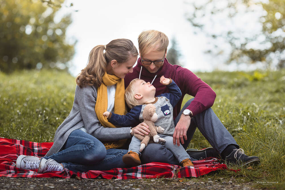 Familienshooting / Familienshooting im Freien (Marion Hassold Photography - Neugeborenenfotos.de)