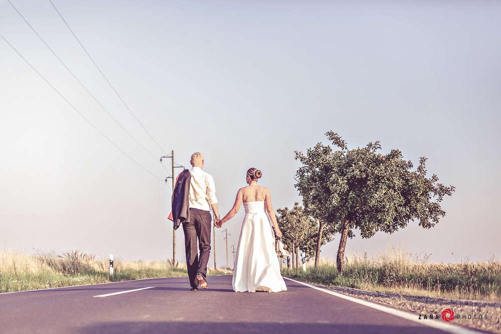 Hochzeitsfotograf-Braunschweig / Hochzeitspaar-auf-der-Landstraße (ZANAPHOTOS)