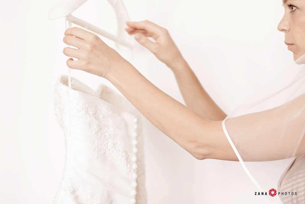 Hochzeitsfotograf-Braunschweig / Braut-beim-Hochzeitskleid-anziehen (ZANAPHOTOS)