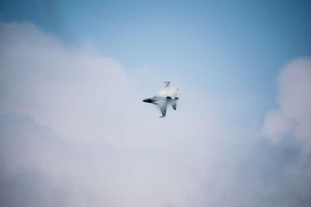 Flugshow Belgien / Kondensat um das Flugzeug (Björn Reuter Fotografie)