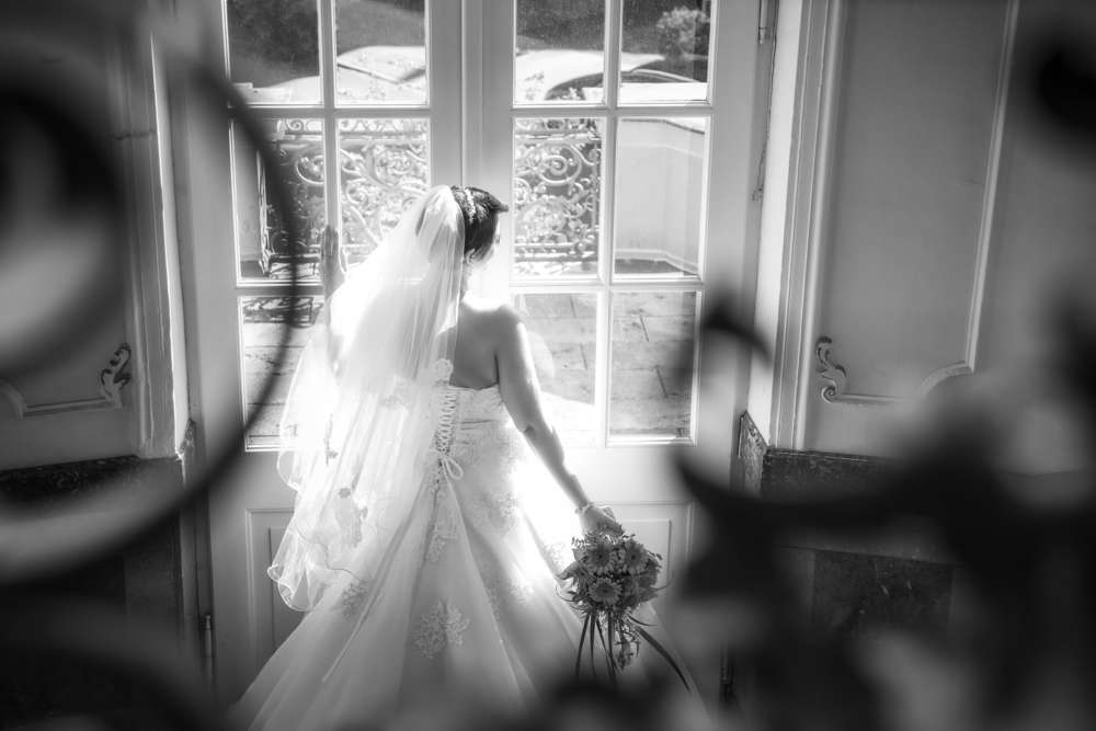 Braut am Fenster / Ausschau (Fotodesign-Tom Hochzeitsfotograf)