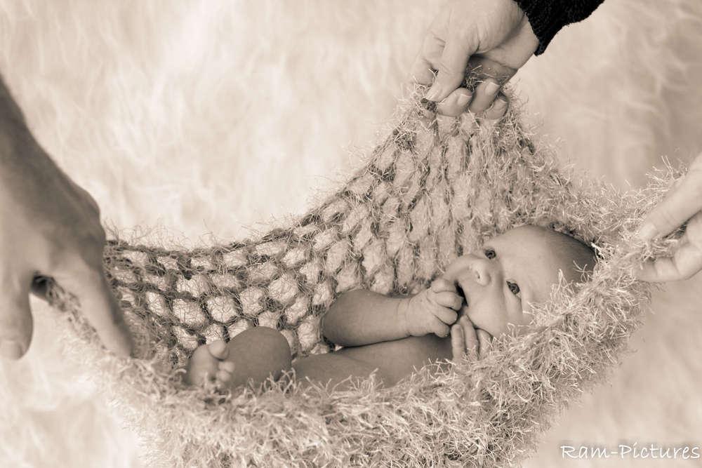 In sicheren Händen / Newborn in der Hängematte (Ram-Pictures)