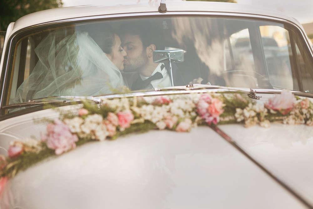 Brautpaar küssend im vintage Auto / © Hochzeitsfotografie Berlin • www.hochzeitslicht.de (LUMENTIS Fotostudio Berlin)
