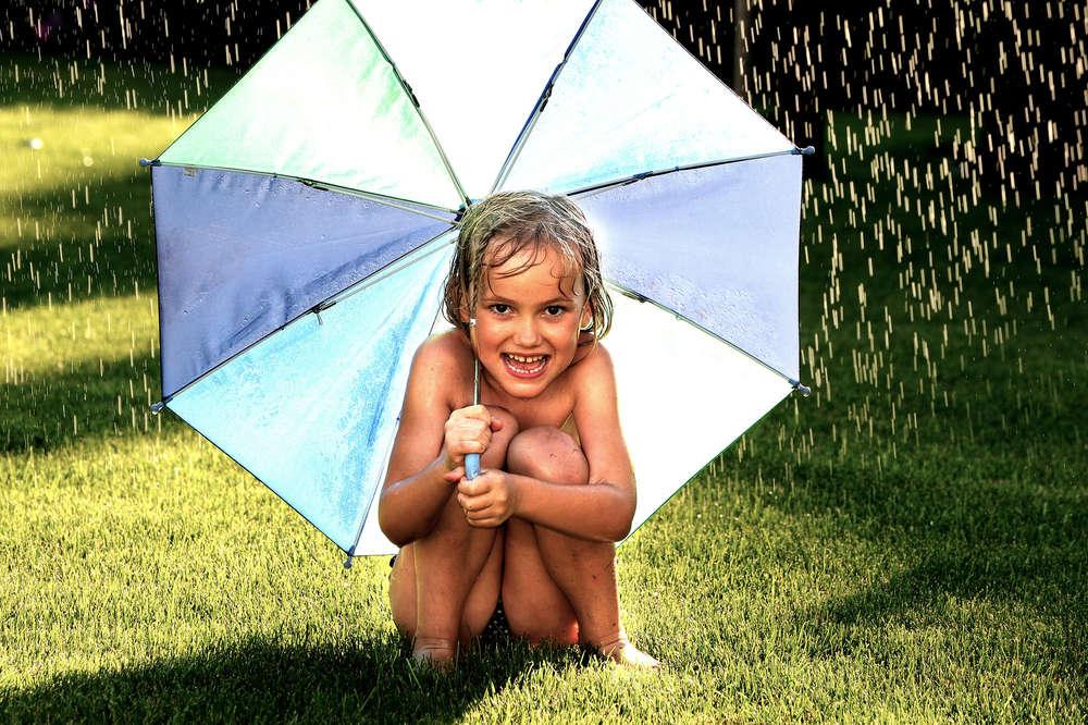 Regenkind im Sommer / Regenschirm (EE fotografie)