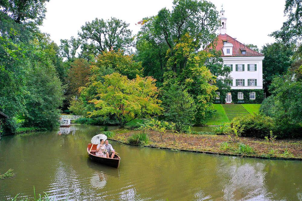 Hochzeit im Boot / Trachtenhochzeit, Brautpaar mit Schirm (EE fotografie)