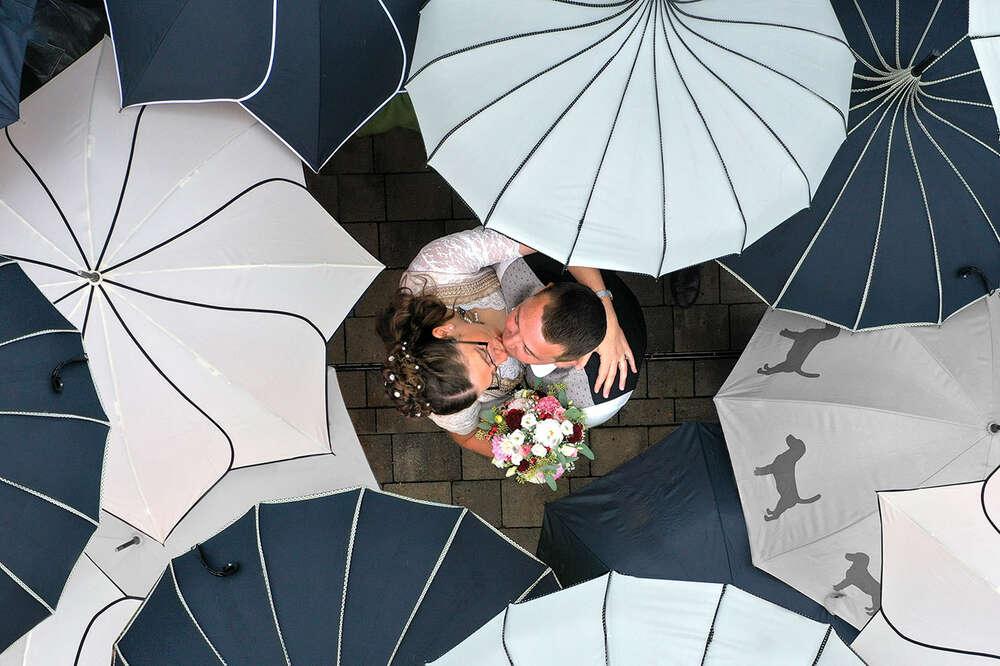 Hochzeit im Regen / Drohnenfoto, Kussfoto, Vogelperspektive (EE fotografie)