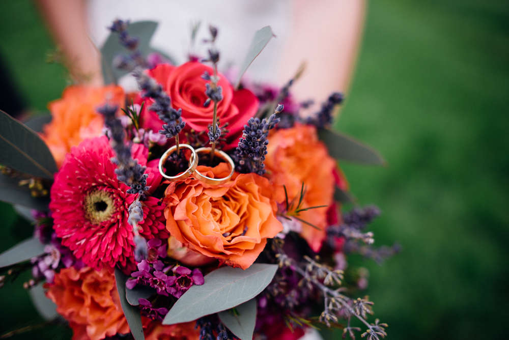 Wedding Rings / bridal bouquet (Flo Fotografie)