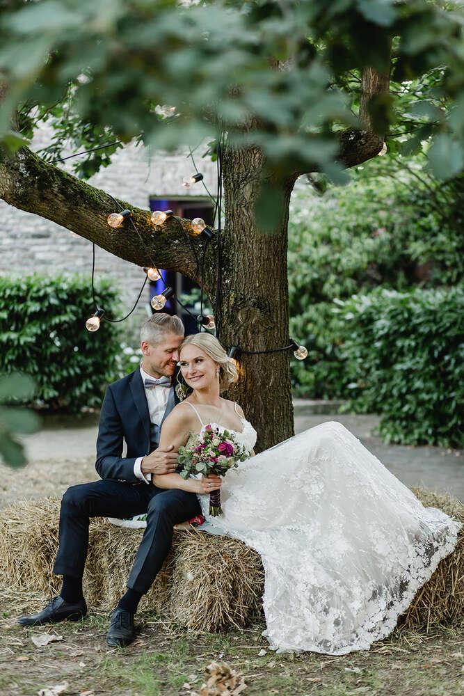 Vintage-Boho-Hochzeit am Niederrhein / Lichterkette, Scheunenhochzeit (MARINA LANG PHOTOGRAPHY)