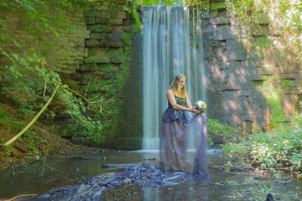 Wasser-Nymphe.... / am Wasserfall (DESIGN BÜRO)
