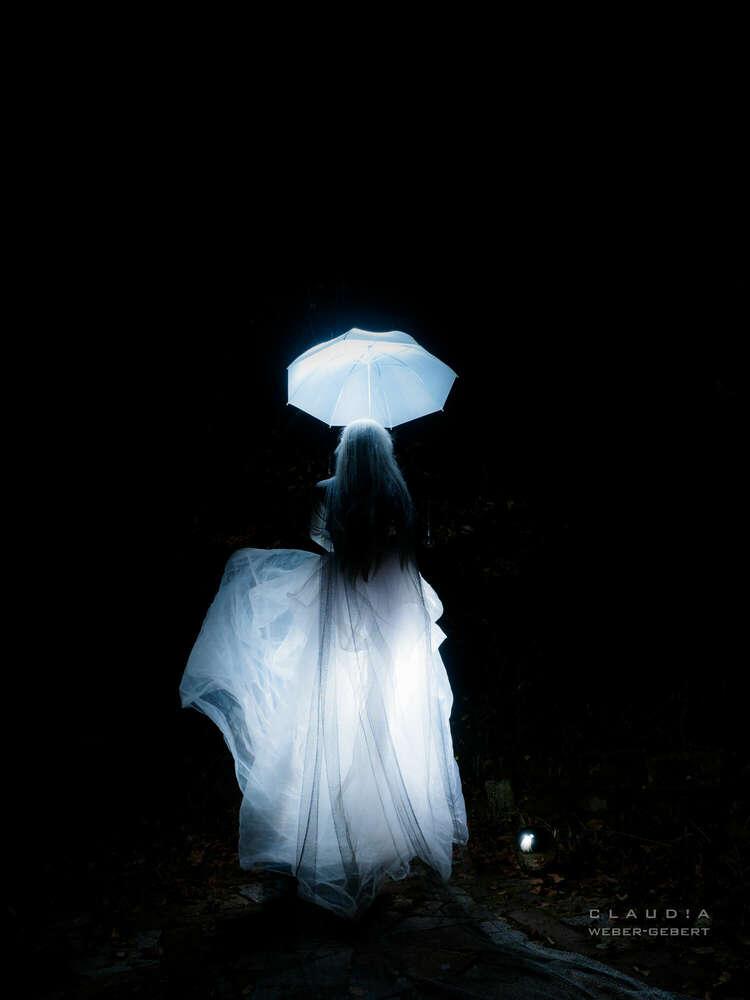 Das Mädchen mit dem Schirm (DESIGN BÜRO)