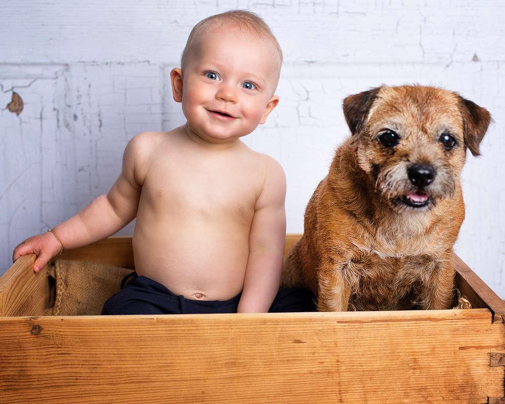 Kleiner Mann mit Hund / freche Kinderportraits (Fotostudio Boeltz)