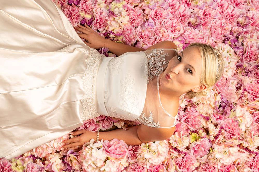 Braut in Rosenblüten (T & P Fotografie)