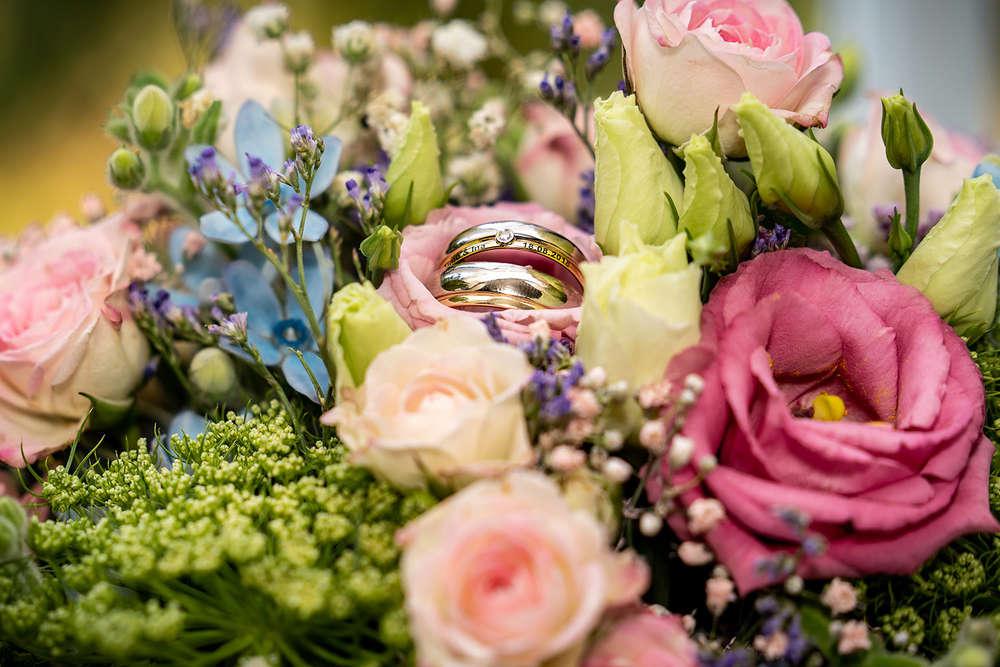 Brautstrauß mit Hochzeitsringen (T & P Fotografie)