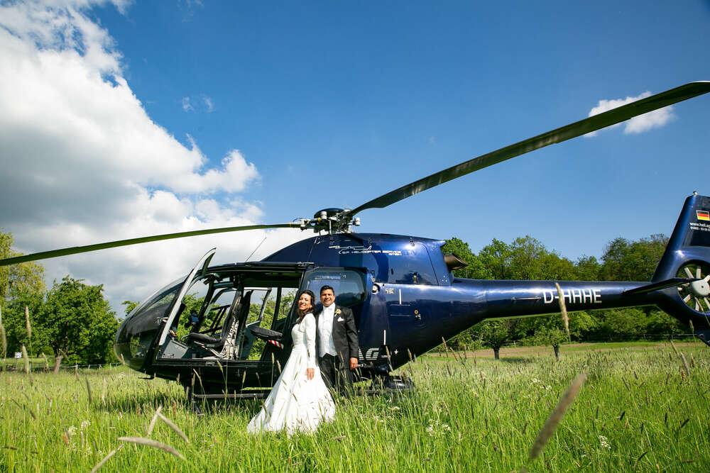 Brautpaar mit Helikopter / Brautpaar, Helikopter, Hochzeitsfotografie, Frankfurt, (Christian Schmidt Fotografie)