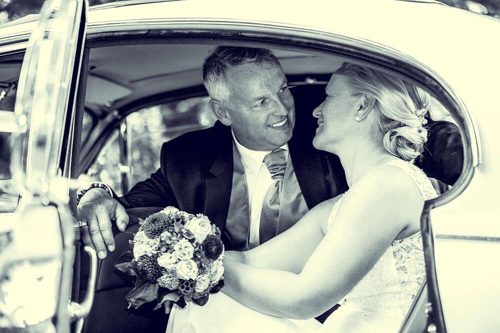 Brautpaar im Oldtimer I / Brautpaar, Oldtimer, Auto, Brautpaar Portraits, Fotograf, Frankfurt, Wehrheim (Christian Schmidt Fotografie)