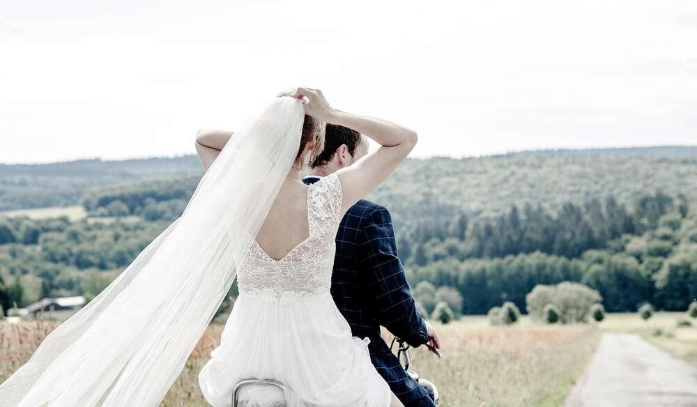 fahrendes Brautpaar / Brautportrait, Brautbild, Hochzeitsfotografie, Fotograf, Wehrheim, Frankfurt (Christian Schmidt Fotografie)