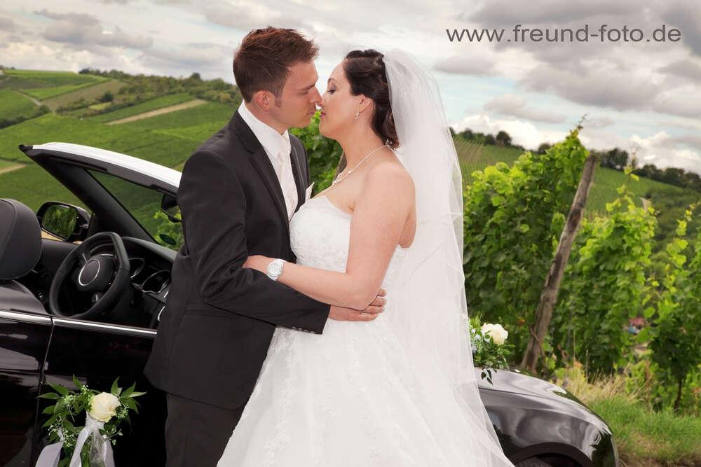 Glückliche Momente eines Brautpaares / Unterwegs in den Weinbergen (Freund Foto)