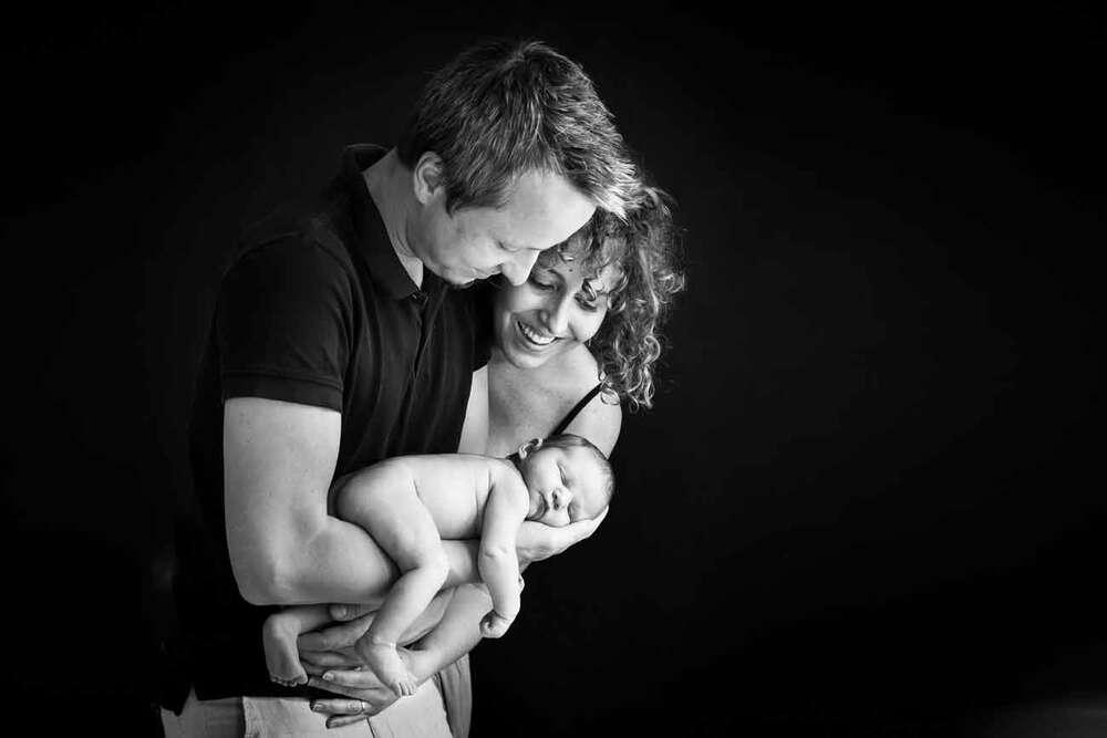 Neugeborenenfotografie / Neugeborenen mit Mama und Papa (Petit Camera, Babyfotografie)