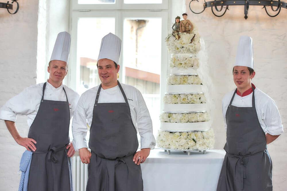 Die Hochzeitstorte / Da braucht es gleich drei Mann (Roman Stöppler Fotografie)