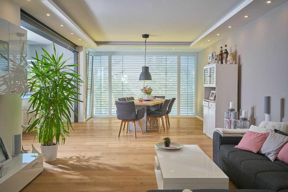Wohnzimmer / mit schönem Panoramafenster (Roman Stöppler Fotografie)