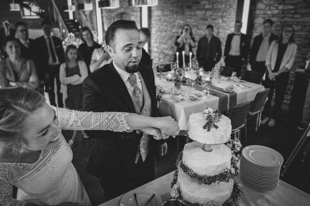 Hochzeitstorte anschneiden mit Vorsicht (Christian Freier)